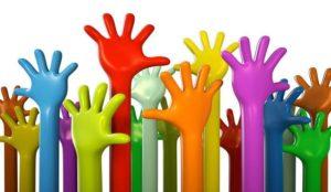 mani alzate colorate